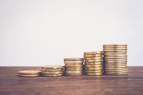 kopky minci vedla seba na stole